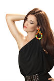 Schöne junge Frau in einem schwarzen Kleid mit hellen großen Ohrringen Stockbilder