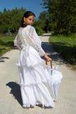 Schöne junge Frau, in einem wh lizenzfreie stockfotos