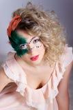Schöne junge Frau in einer grünen mysteriösen venetianischen Maske ein Karneval des neuen Jahres, Weihnachtsmaskerade, ein Tanzcl Lizenzfreie Stockfotos