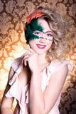 Schöne junge Frau in einer grünen mysteriösen venetianischen Maske ein Karneval des neuen Jahres, Weihnachtsmaskerade, ein Tanzcl Stockfoto