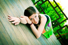 Schöne junge Frau in einer im Freieneinstellung Lizenzfreie Stockfotografie