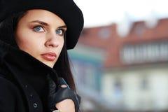 Schöne junge Frau in einer Stadt lizenzfreie stockbilder