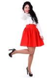 Schöne junge Frau in einer weißen Bluse und in einem roten Rock stockbild