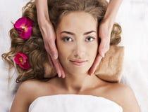 Schöne junge Frau entspannte sich, im Badekurortsalon Stockfoto