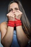 Schöne junge Frau gebunden mit dem roten Seil stockfoto
