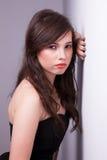 Schöne junge Frau, gegen eine Wand stockfoto