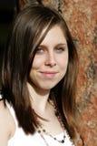 Schöne junge Frau gegen einen Baum Stockfoto