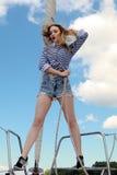 Schöne junge Frau in gestreifter Kleidung Reise- und Ferienkonzept Stockbilder