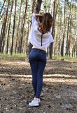 Schöne junge Frau hält ihr Haar auf Händen lizenzfreies stockbild