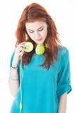 Schöne junge Frau hören Musik lizenzfreies stockfoto