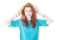 Schöne junge Frau hören Musik lizenzfreie stockbilder