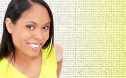 Schöne junge Frau in hellgrünem auf Grün Lizenzfreie Stockbilder