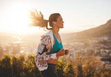 Schöne junge Frau heraus für einen Lauf stockfotos