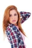 Schöne junge Frau, ihr Haar mit der Hand anhalten lizenzfreie stockbilder