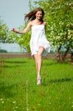 Schöne junge Frau im Apfelbaumgarten Stockfotografie