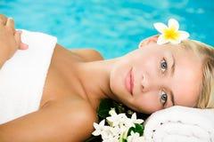 Schöne junge Frau im Badekurort Stockbild
