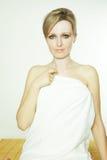 Schöne junge Frau im Badekurort stockfoto