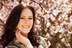 Schöne junge Frau im Blütengarten Stockfotos