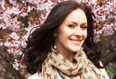 Schöne junge Frau im Blütengarten Stockfoto