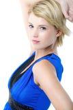 Schöne junge Frau im blauen Cocktailkleid. Lizenzfreie Stockfotografie
