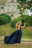 Schöne junge Frau im blauen Kleid Stockbild
