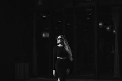 Schöne junge Frau im Bleistiftrock Stockfotos