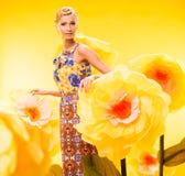 Schöne junge Frau im bunten Kleid Stockfotografie
