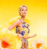 Schöne junge Frau im bunten Kleid Stockbilder