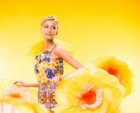 Schöne junge Frau im bunten Kleid Lizenzfreie Stockfotos