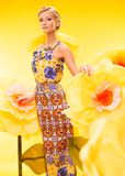 Schöne junge Frau im bunten Kleid Lizenzfreie Stockfotografie