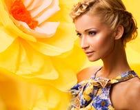 Schöne junge Frau im bunten Kleid Stockfoto