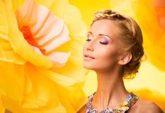 Schöne junge Frau im bunten Kleid Lizenzfreies Stockfoto