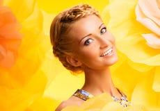 Schöne junge Frau im bunten Kleid Lizenzfreie Stockbilder