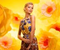 Schöne junge Frau im bunten Kleid Stockfotos