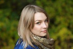 Schöne junge Frau. Im Freienportrait Lizenzfreies Stockfoto