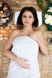 Schöne junge Frau im Gesundheitsbadekurort Stockfotos