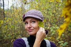 Schöne junge Frau im Herbstwald Lizenzfreies Stockbild