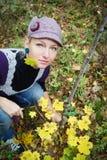 Schöne junge Frau im Herbstwald Lizenzfreie Stockfotografie