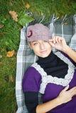 Schöne junge Frau im Herbstwald Lizenzfreie Stockfotos