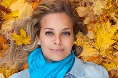 Schöne junge Frau im Herbstwald Lizenzfreies Stockfoto