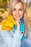 Schöne junge Frau im Herbstwald Stockbilder