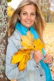 Schöne junge Frau im Herbstwald Stockfoto