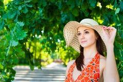 Schöne junge Frau im Hut Stockfotos