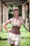 Schöne junge Frau im Korsett und in den kurzen Hosen lizenzfreie stockfotografie
