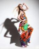 Schöne junge Frau im langen Kleid Stockfotos