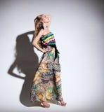 Schöne junge Frau im langen Kleid Stockbilder