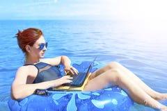 Schöne junge Frau im Meer stockbilder