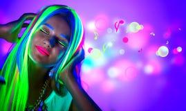 Schöne junge Frau im Neonlicht Stockbilder