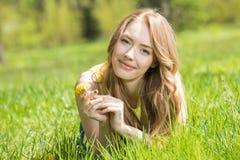 Schöne junge Frau im Park Stockbild