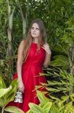 Schöne junge Frau im Park stockfotografie